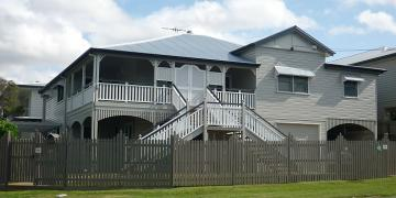 A lift & build-in-under has transformed this traditional Queenslander